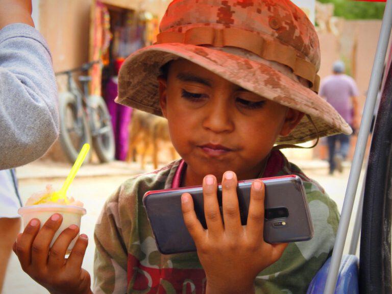 Chilleens jongetje met telefoon